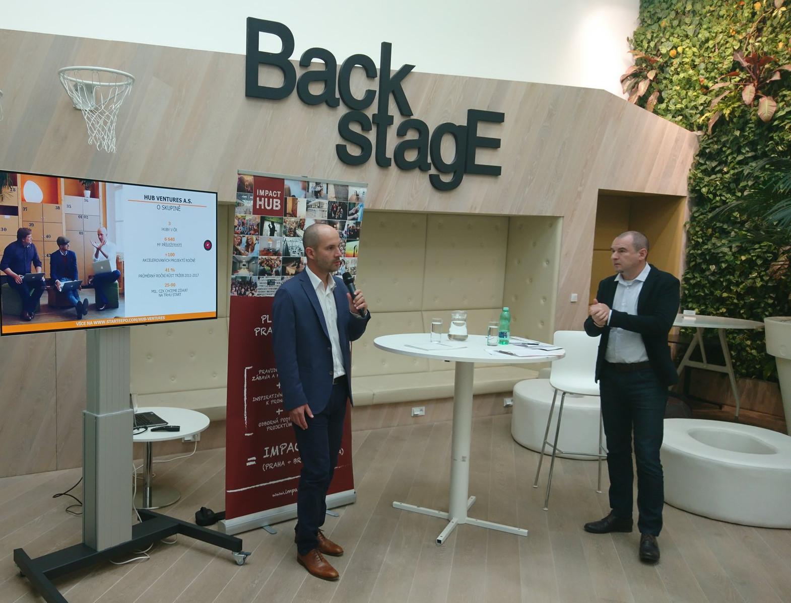 Marek Miler (vpravo) zHospodářských novin zpovídá Zdeňka Rudolského (vlevo) ze společnosti Hub Ventures