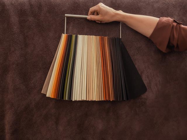 KARO zákazníkům nabízí široký sortiment kůží z hlediska jejich barev, dezénu, měkkosti a povrchové úpravy