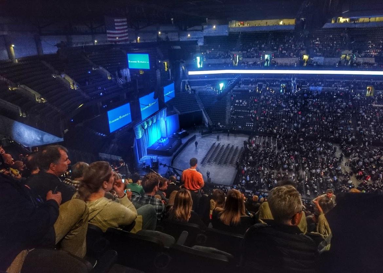 Pohled na halu s desetitisíci investorů před začátkem valné hromady Berkshire Hathaway