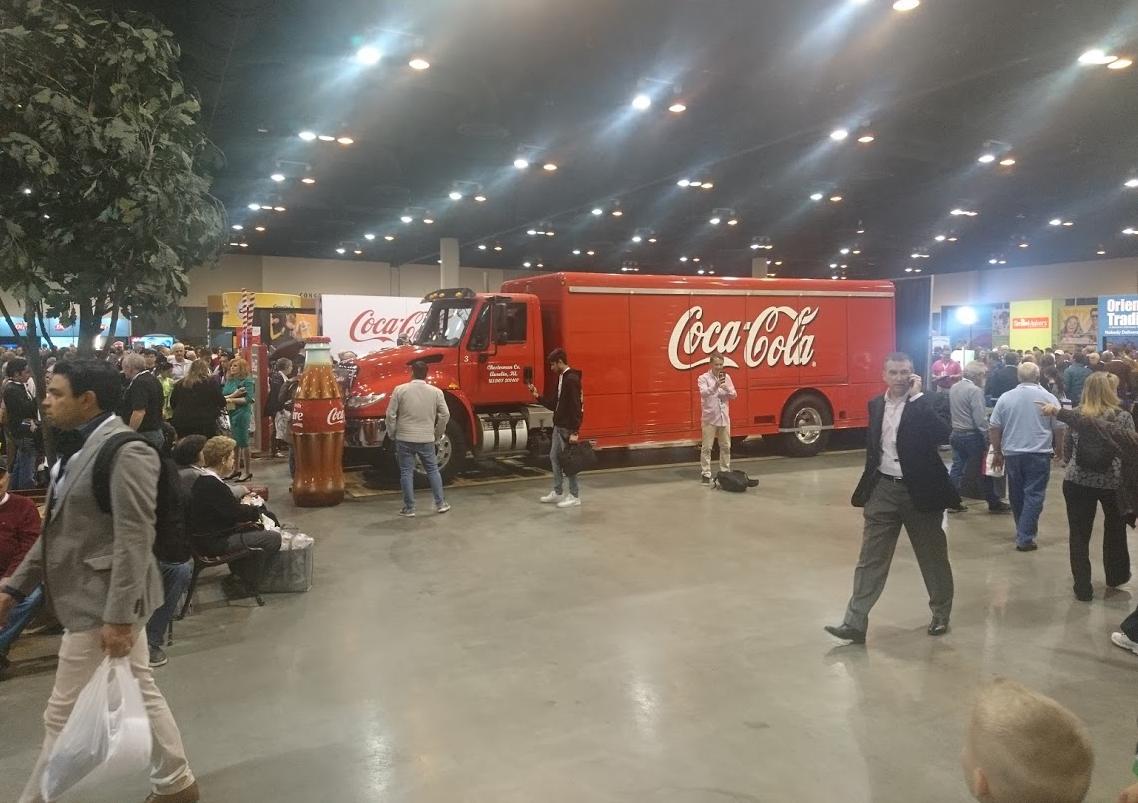 Na veletrhu k valné hromadě nemohl chbět stánek společnosti Coca-Cola, jedné z dlouhodobých investic Berkshire Hathaway
