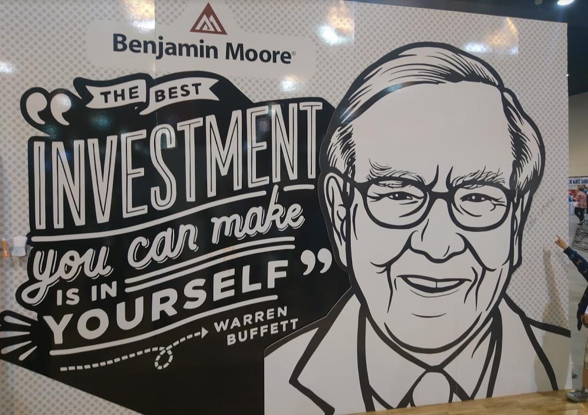 """""""Investice do sebe je ta nejlepší,"""" říká Warren Buffett na plakátu dceřiného výrobce barev Benjamin Moore"""