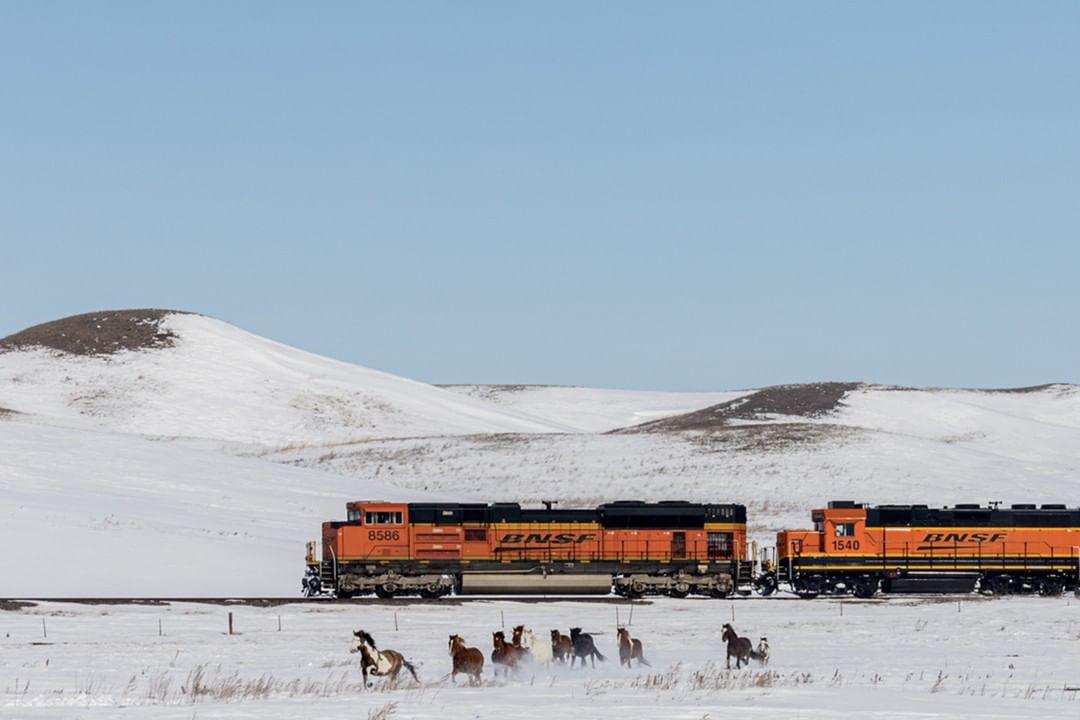 Vlak BNSF v zasněžené americké krajině