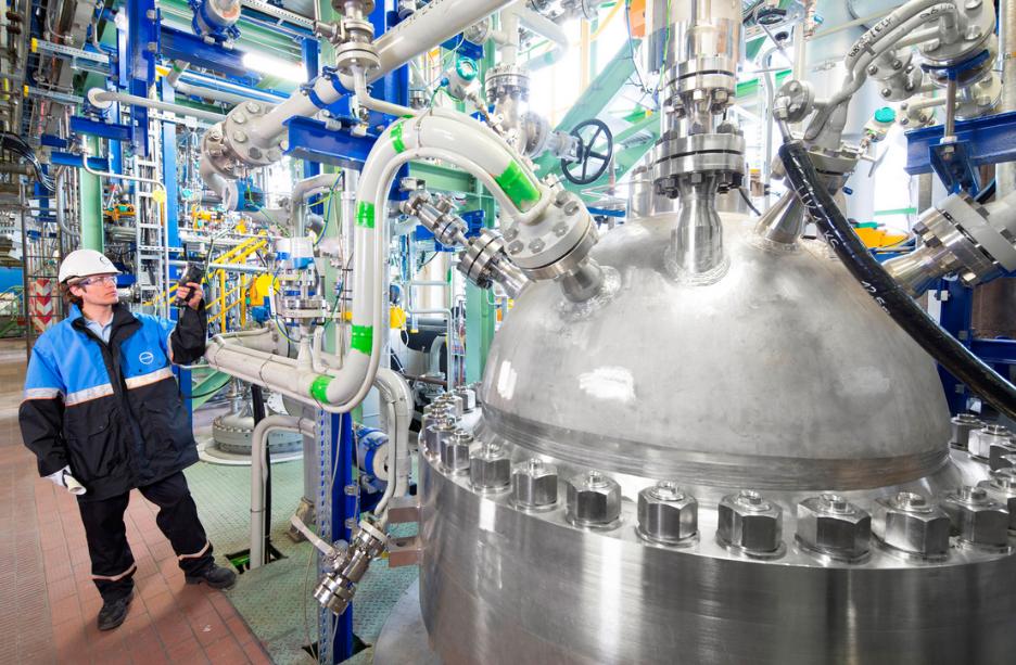 Pracovník Covestra u zařízení, které by mělo umožnit nahradit část ropy oxidem uhličitým pro výrobu plastů