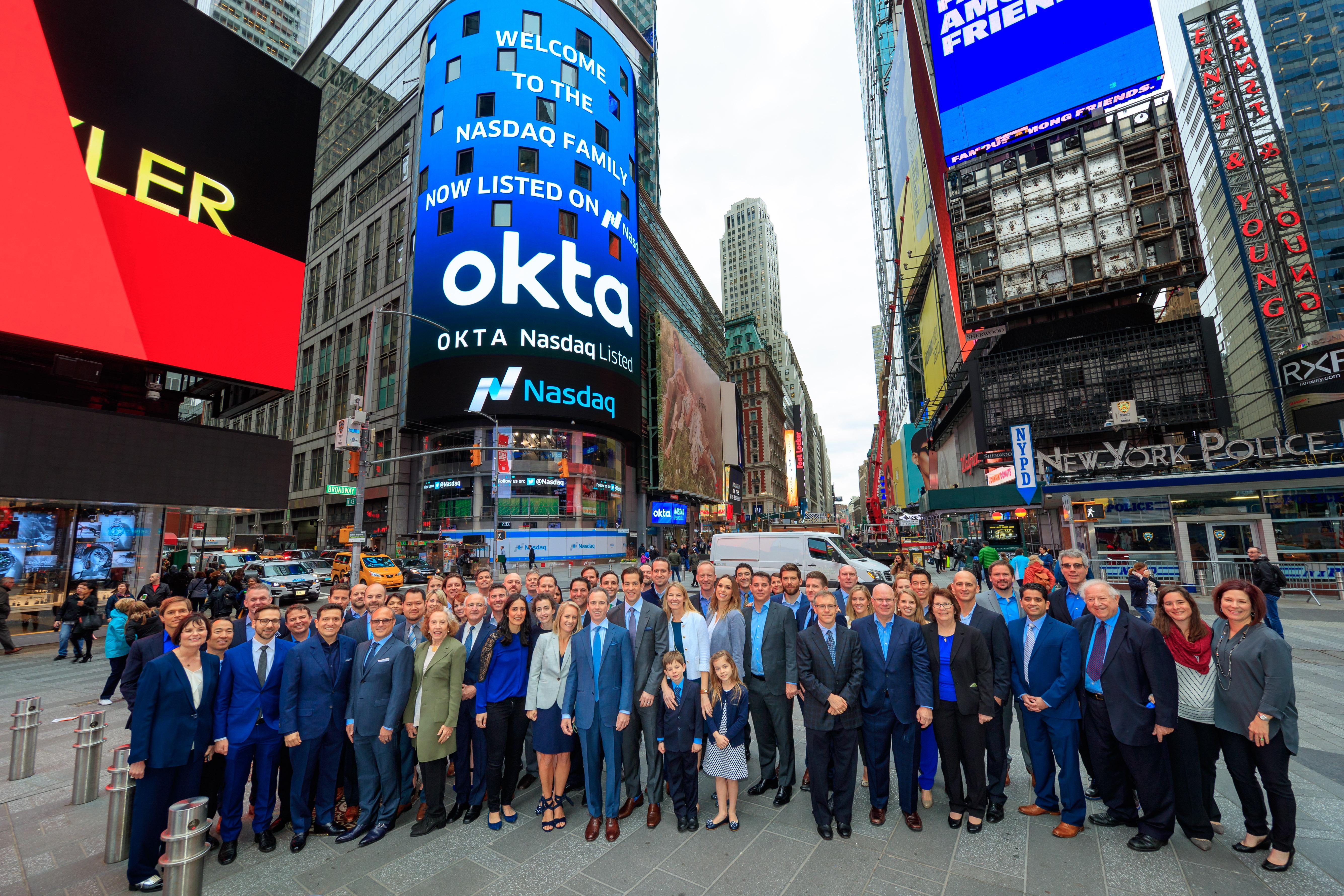 """Nasdaq nemá """"fotogenický"""" obchodní parket jako NYSE, a tak se na propagačních snímkách místo toho chlubí svou budovou MarketSite na Times Square"""