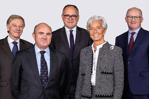 Výkoná rada ECB, Christine Lagarde (třetí zleva), Philip Lane (první zprava)