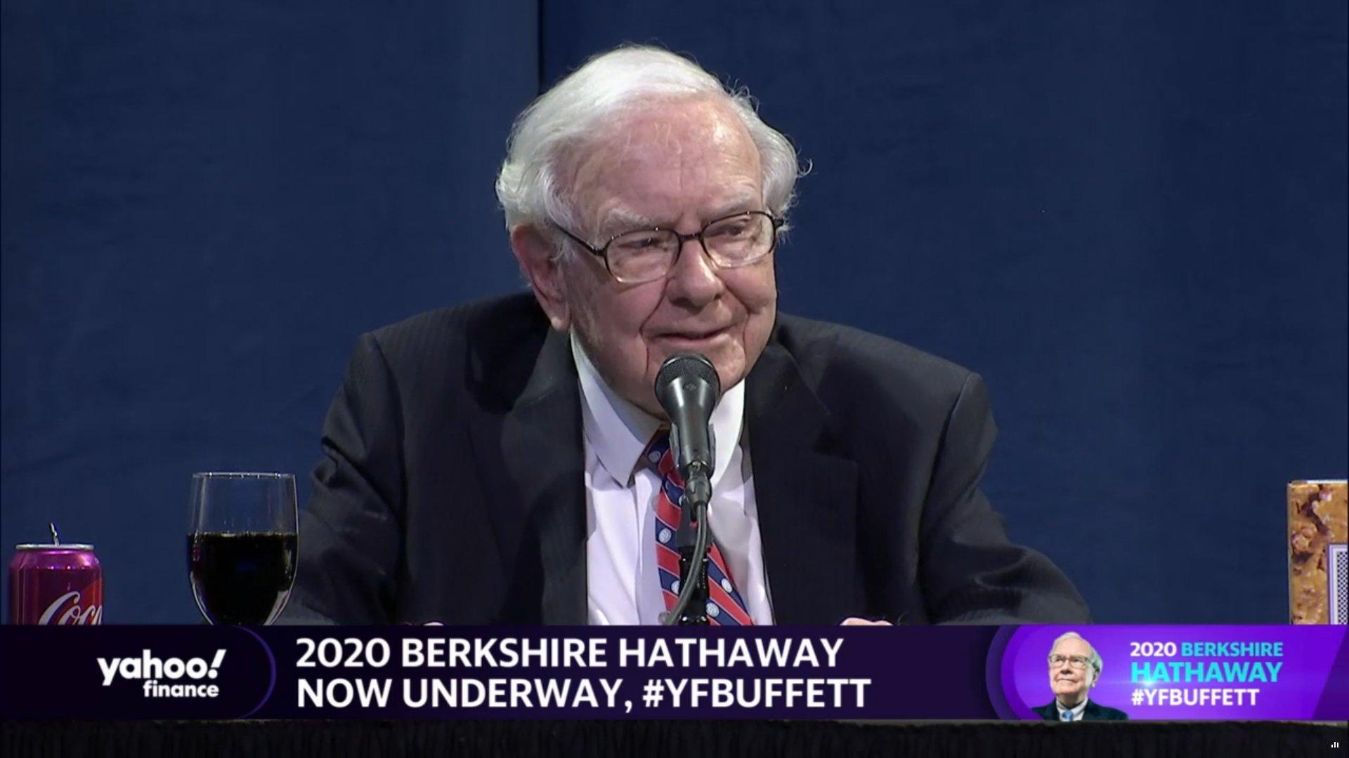 Warren Buffett na valné hromadě Berkshire Hathaway 2020, zdroj: Yahoo! Finance