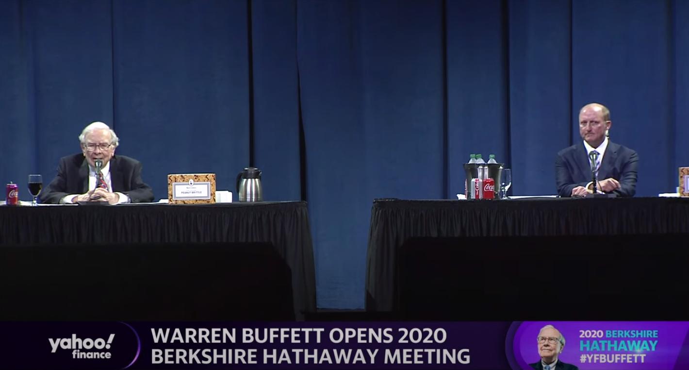Zleva: plechovka třešnové Coca-Coly, Warren Buffett, arašídový griliáš, dietní a normální Coca-Cola, Greg Abel a další krabice arašídového griliáše od See