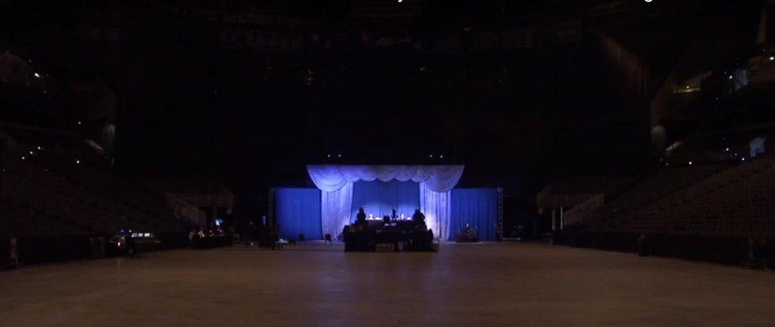Prázdný sál haly, kde se v posledních letech konají valné hromady Berkshire Hathaway, zdroj: Yahoo! Finance