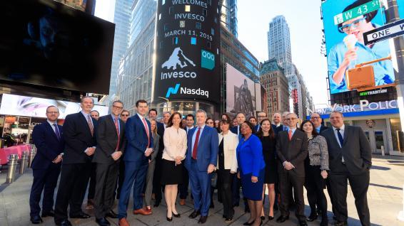 Tým společnosti Invesco v březnu 2019 oslavil 20 let existence tohoto ETF před slavnou budovou Nasdaq MarketSite na Times Square