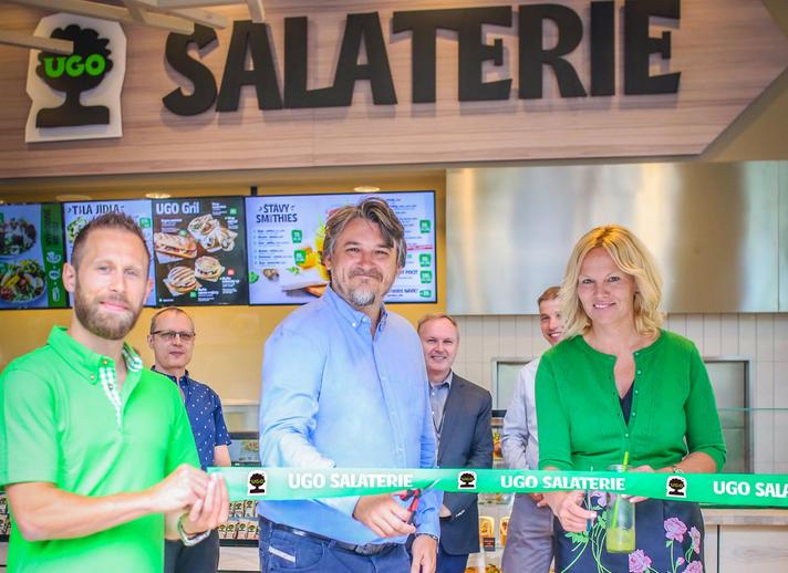 Marek Farník (uprostřed) na otevření nové salaterie