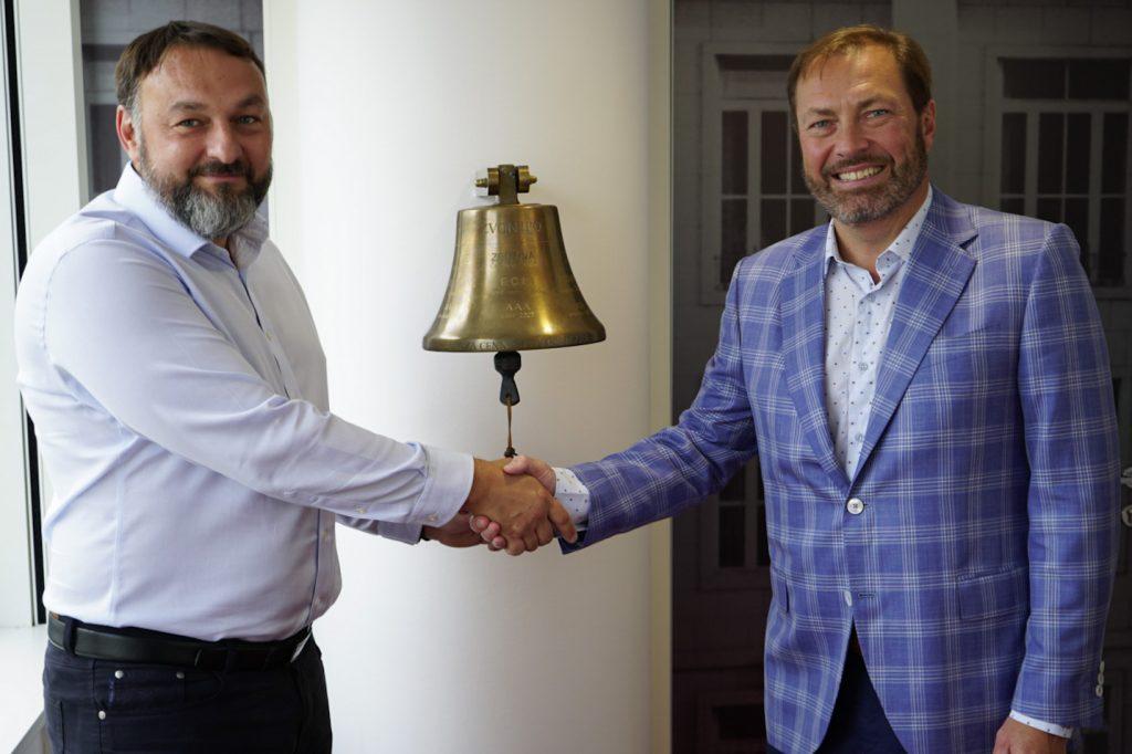 Výkonný ředitel společnosti eMan Jiří Horyna s generálním ředitelem BCPP u zvonu IPO