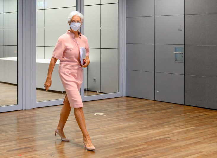 Christine Lagarde přichází na tiskovou konferenci 10. září 2020