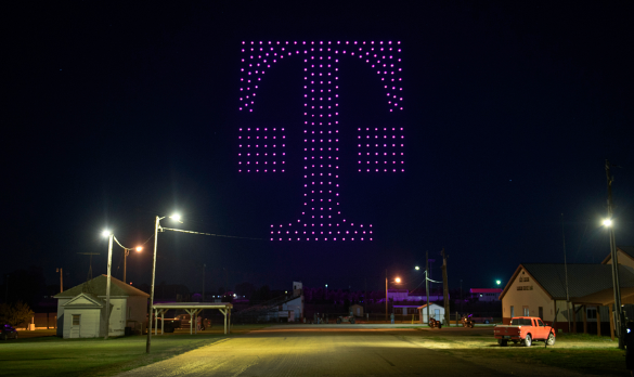 Logo společnosti T-Mobile US sestavené z dronů u příležitosti spuštění 5G sítě v městečku Lisbon, ND