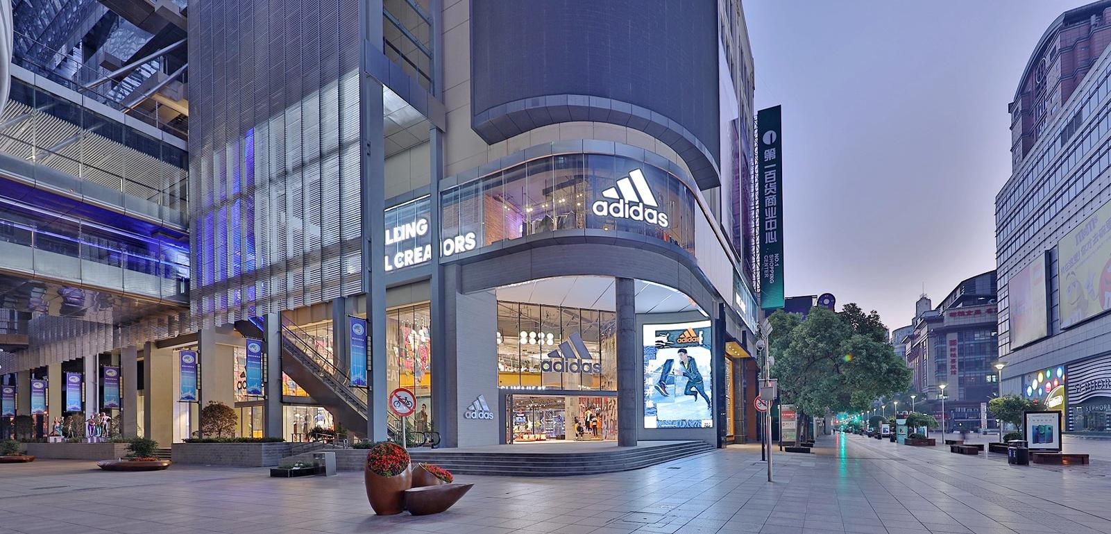 Prodejna Adidas v Šanghaji, největší v Asijsko-pacifickém regionu, zdroj: Adidas