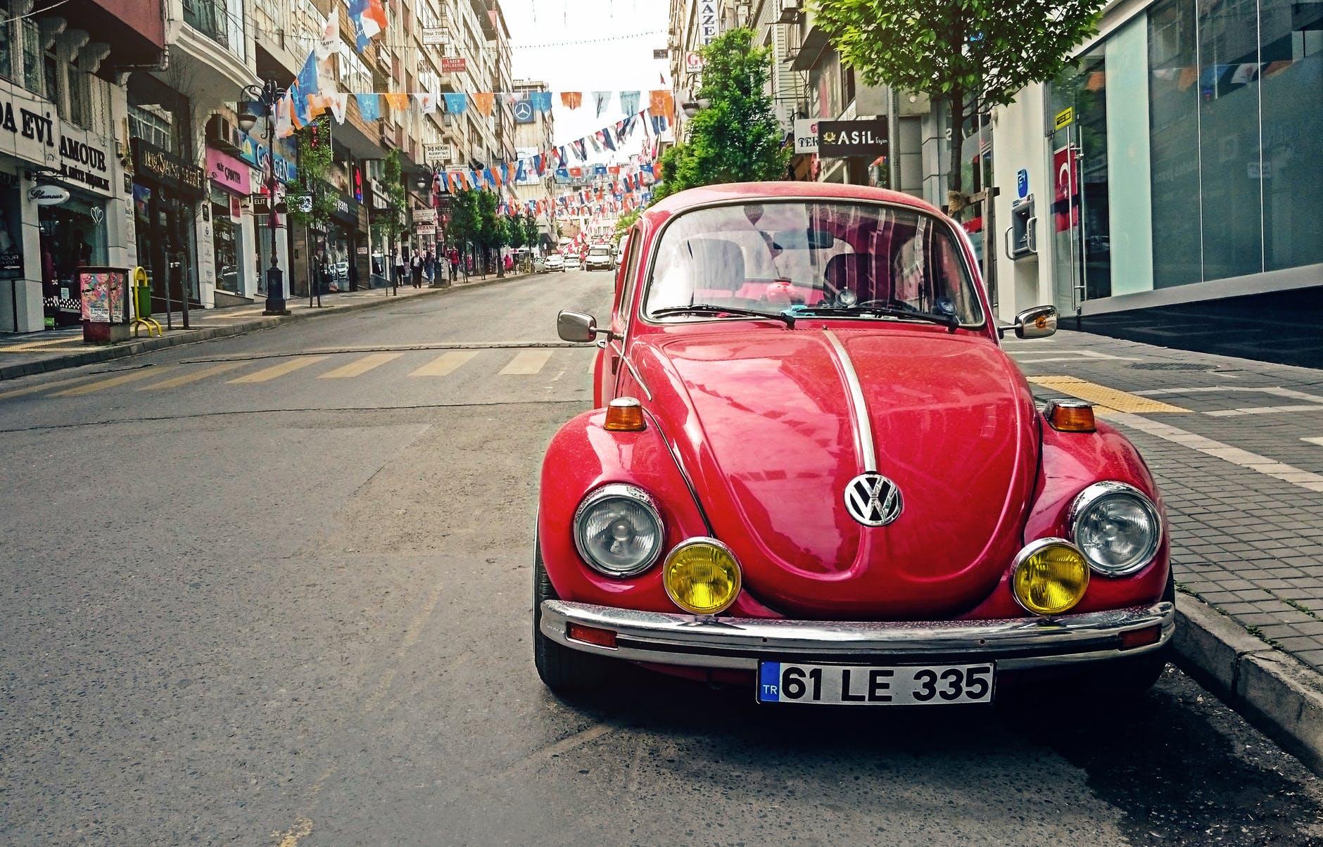 /></p> <p>Německý koncern dnes v tiskovém prohlášení uvedl, že zhruba 200 tisíc majitelů vozů s naftovým pohonem přijalo odškodné, na němž se Volkswagen v únoru dohodl s německým svazem VZBV (<em>Verbraucherzentrale Bundesverband</em>), jež zastupuje cca 260 tisíc majitelů dieselových automobilů ve sporu Dieselgate.</p> <p>Automobilka by tak na odškodném měla těmto vlastníkům v souhrnu zaplatit zhruba 620 milionů eur.Koncern zároveň doplnil, že dalších 21 tisíc případů se nadále přezkoumává.</p> <p>Akcie Volkswagenu dnes na Xetře klesají o 1,11 %.</p> <p><br />Zdroj: Reuters</p> <p class=